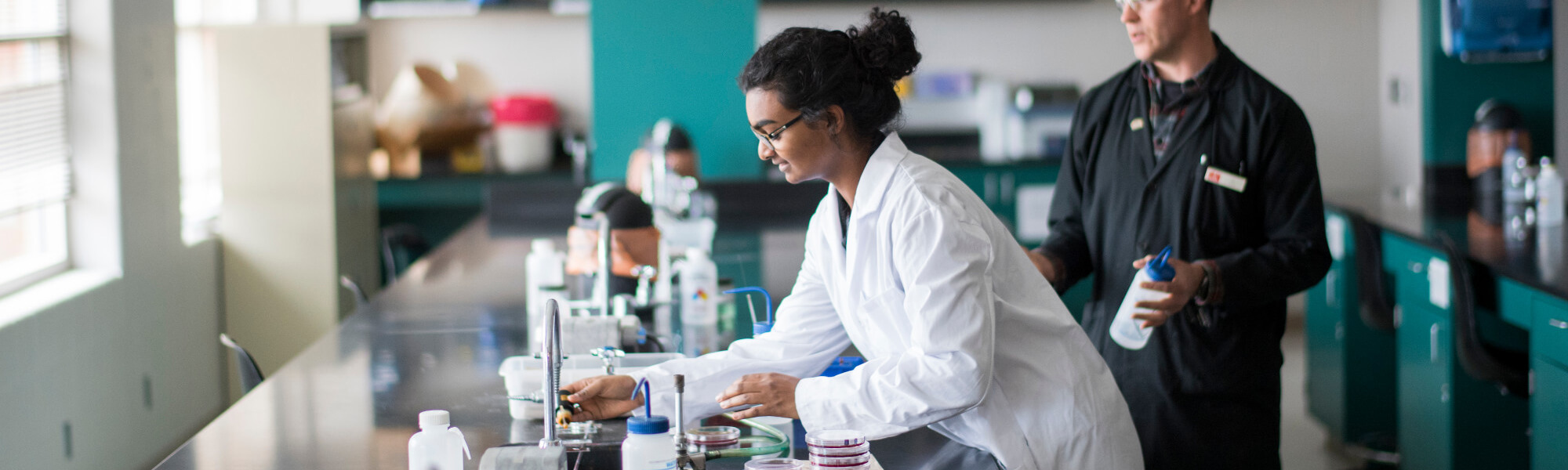 Image of Biomedical Science undergraduate student in a GVSU lab.